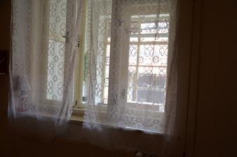 Z malého pokoje vede okno na verandu, ne ven.
