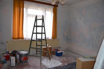 jeden z pokojů...oškrábaný a čekající na vymalování (jedna ze stěn byla plesnivá)