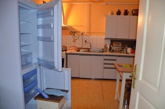 kuchyně (momentálně tu stojí dvě ledničky...dokud se nevyskytne někdo, kdo by ji s manželem odnesl :-D)