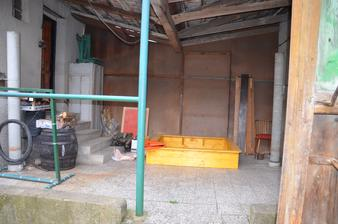 foto dřevníku atd. jindy :-) pískoviště má 160x160 vnitřní rozměr a bude umístěno na dvoře, mezi bývalým hnojníkem a domem, dokonalý výhled z kuchyňského okna ;-)