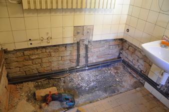 nové rozvody vody ve staré koupelně
