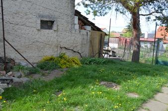 prostor za výminkem, nalevo od sklepa, vinná réva, chryzantémy, cosi okrasného (?), nějaké jarní cibuloviny (ano, celý život jsem strávila v paneláku v Brně :-D ) a kousek bezu