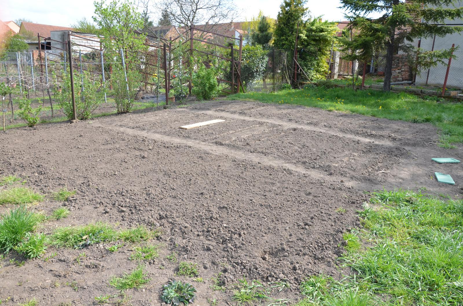 Vysněná zahrada... - zatím osazené první dva..zaseli jsme cibuli, petržel, mrkev, ředkvičky, kedlubny, hrášek...a dneska majoránku:-D