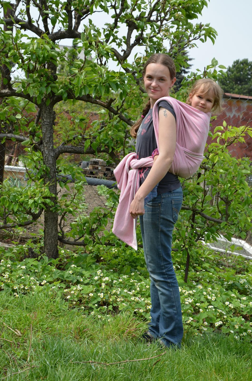 Vysněná zahrada... - Pózujeme u hrušně a jahůdek...