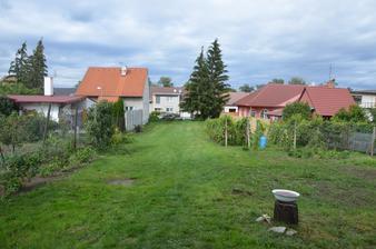 Zahrada v září 2015, vratič a líčí je pryč, maliny nalevo povyrostly...