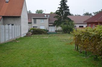 Ze tří zbyl jeden, za plotem, a ten o pár dní později složili sousedi.
