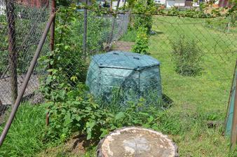 Malinoostružina před plotem u slepiček, kompostér za plotem u slepiček:-)