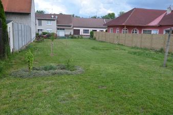 """""""Spodní"""" zahrada, od vinohradu dále:-) To se mi už tak líbí! Když je posekáno, hezky vykouknou nově zasazené kousky :-)"""