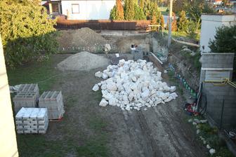 Polovica pivnice a polovica plotu a kaskády na dvore.