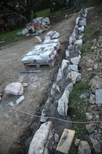 Tento múr bude raz držať svah na úžitkovú záhradu.