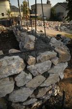 Tu sa ešte doložia kamene aby ten roh neostal taký krivý.