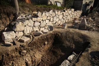 Na túto stenu ešte prídu aj stĺpiky, taktiež z kameňa.