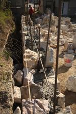 Čo poviete? Na to, že tie kamene sú všelijakého tvaru ten plot je celkom rovný.