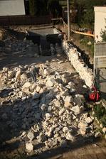 Pomaličky ubúda z tej veľkej kopy kameňa.