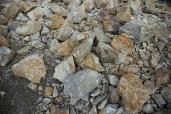 Kamene z Pohraníc - použili sa do múrov.