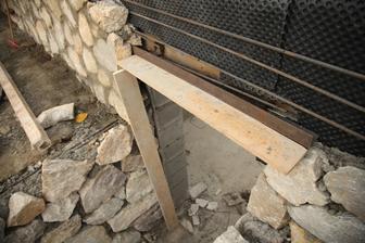 Aj nad dvere ide kamenný obklad. Privarilo sa železo čo to bude držať.