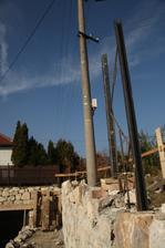 Železné U-čka budú držať výplň plotu, ale k tomu sa tento rok už nedopracujeme.