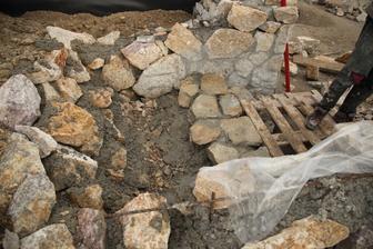 Z hora fotené, z tej kopy hliny čo je za oporným múrom.