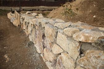 Kamene založené aj na kratšej časti L-ka. Ešte zašpárovať, očistiť a bude to hotové.