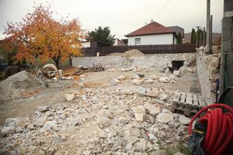 Kamene ubúdajú, ostávajú len menšie kusy na dvore.
