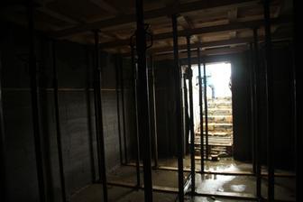 Podstojkovaný strop pivnice.