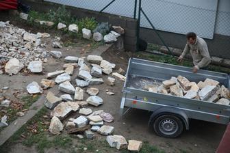 Okrem toho, že sme dali doviezť 4 fúry kameňa veľkou Tatrovkou, sme dovážali aj ručne povyberané v kameňolome na vozíku (cca. 5-6 x).
