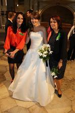 všichni se chtěli fotit s nevěstou..