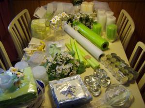 nakoupená dekorace na svatební tabuli