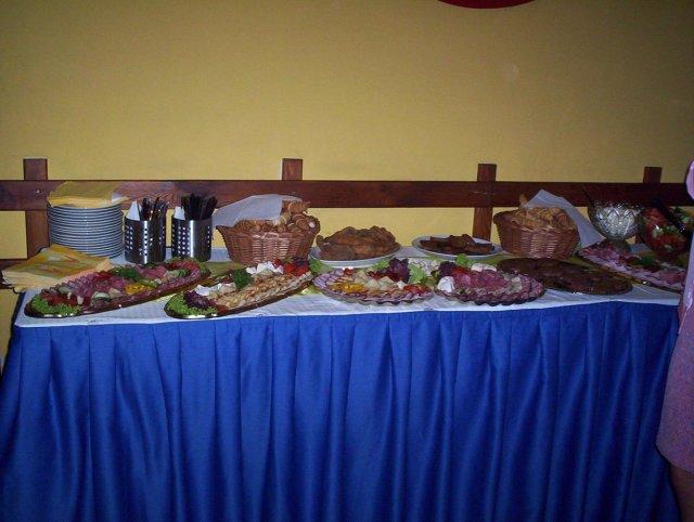 Radka{{_AND_}}Tomáš - večerní raut, guláš s pečivem, kuřecí křidélka, kuřecí řízečky, tatarák s topinkami a česnekem, obložené šunkovo-salámové mísy, sýrové mísy a zelenina, ani se to nesnědlo, neustále to doplňovali