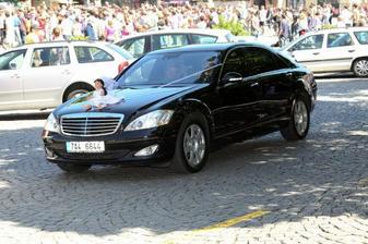 Nevěstino auto přijíždějící před radnici