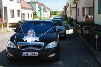 Kolona svatebních aut před mým rodným domem