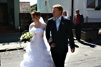Tatínek odvádí nevěstu z domu