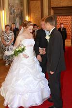 Tatínek, ač nerad, nevěstu předává...