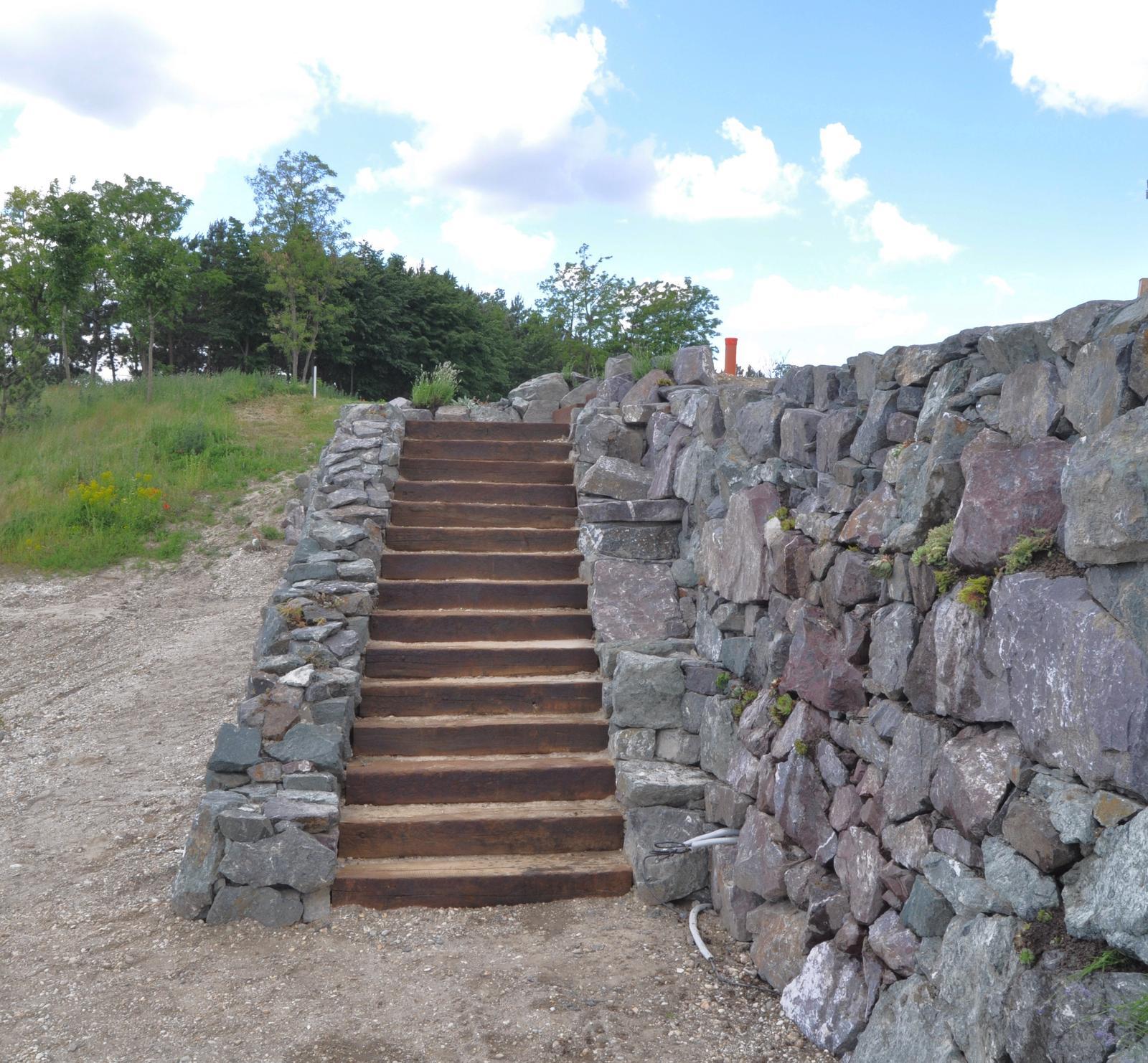 kosto13 - Oporný múr s čelom z masívneho kameňa, Hrubá Borša 2016