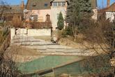 Vystužené oporné múry vytvárajú plošiny na pestovanie a rampu na vytvorenie prístupu k RD cez záhradu. Dole svahy 70° pripravené na výsadbu zelene, v hornej časti svah 70° pripravený na obklad kameňom, Marianka 2012