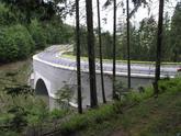 Vystužený obojstranný oporný múr nahrádza pôvodne plánovaný podstatne drahší most cez údolie, Nová Bystrica 2004