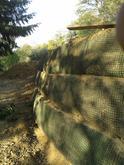 Vystužený OM s čelom obaľovaným geomrežou s protieróznou georohožou pripravený na siatie a výsadbu. Marianka 2012
