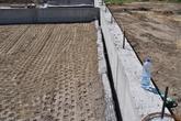 Predsadený vystužený oporný múr s čelom z panelov z KARI rohoží, geomreží a geotextílie bol budovaný dodatočne na zabránenie prenosu vodorovných síl na monolitický betónový múr. Stupava 2012.