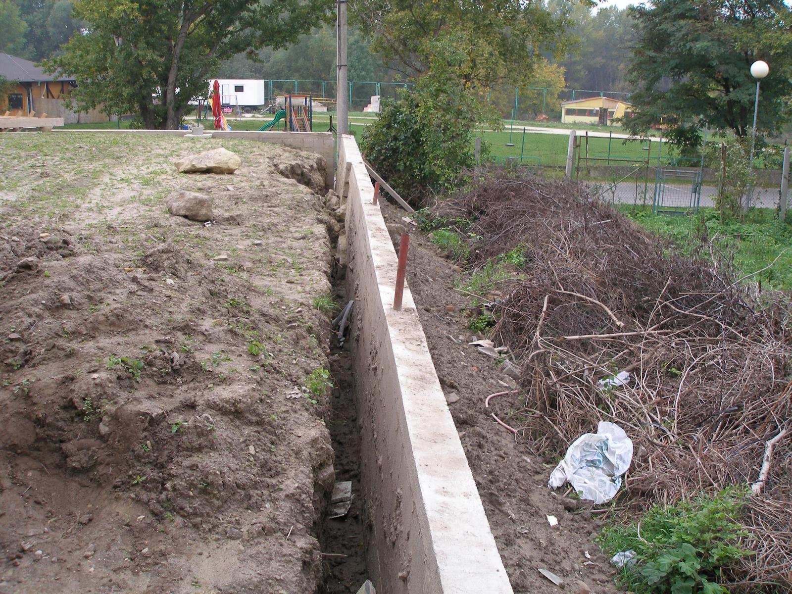03 Poruchy a havárie oporných múrov. ( doplnené 12.6.2020 ) - 002...Na zabránenie úplného zrútenia múru bola odkopaná zemina z rubu múru vyhádzaná na druhú stranu. BA - Devín 2006.