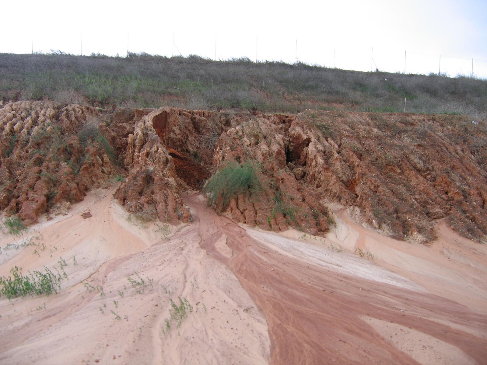 03 Poruchy a havárie oporných múrov. ( doplnené 12.6.2020 ) - 006...Čo dokáže erózia. Ilustračné foto