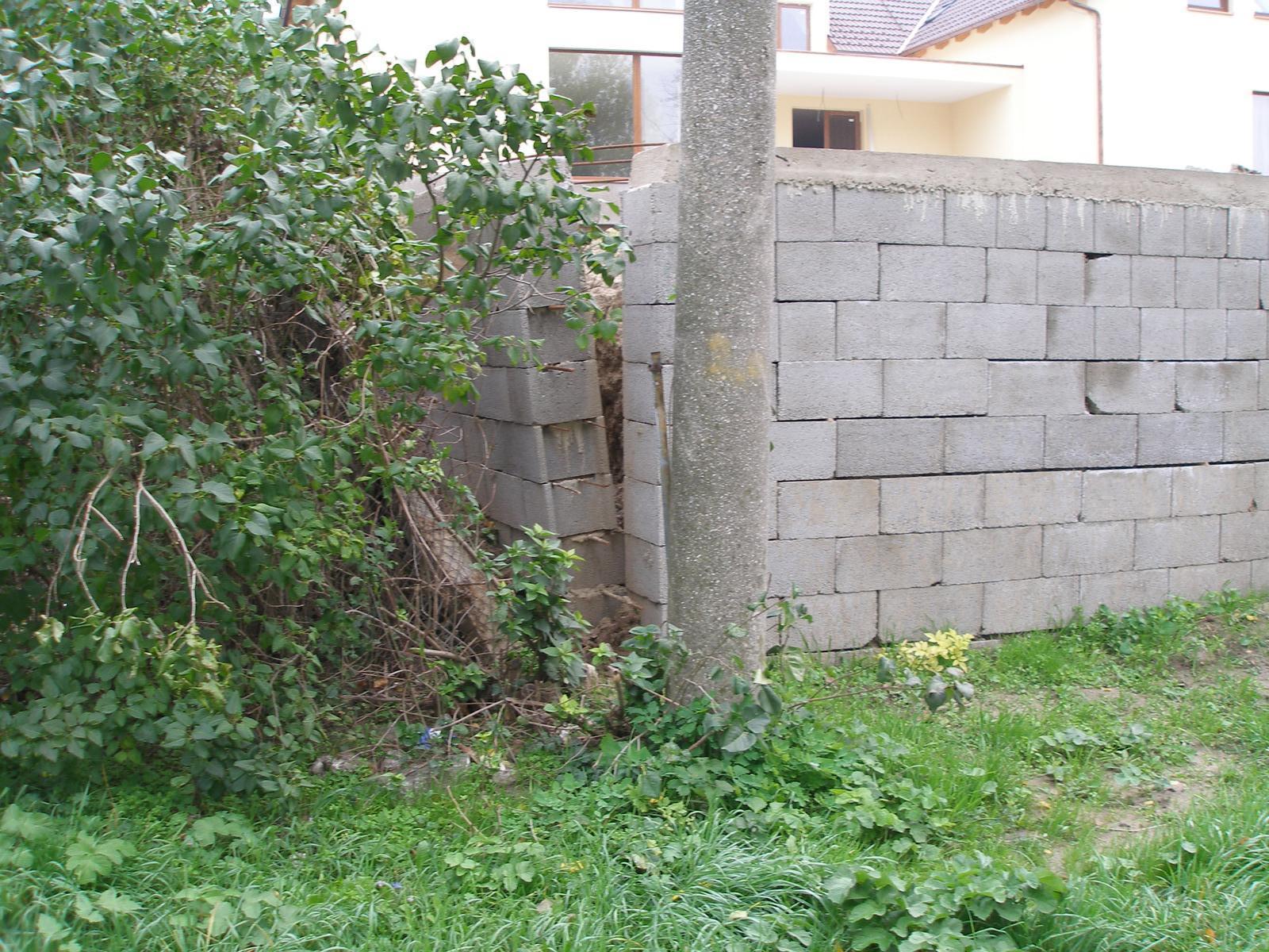 03 Poruchy a havárie oporných múrov. ( doplnené 12.6.2020 ) - 001...Havária oporného múru z DT30 výšky 2,1m cca ihneď po zasypaní. Bratislava - Devín 2006