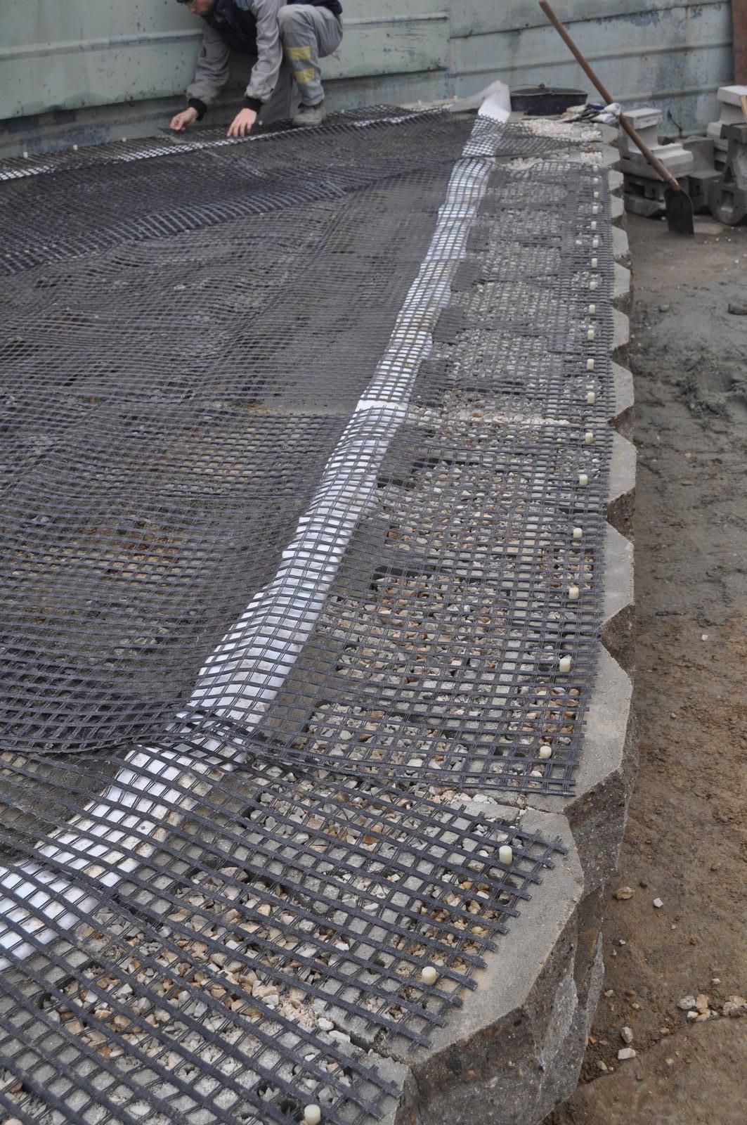 07 Vegetačný oporný múr sa na jar prebúdza ( rozšírené 19.6.2020 ) - 2013 - výstavba vystuženého múru z betónových tvárnic s čelom štiepaným v troch rovinách.