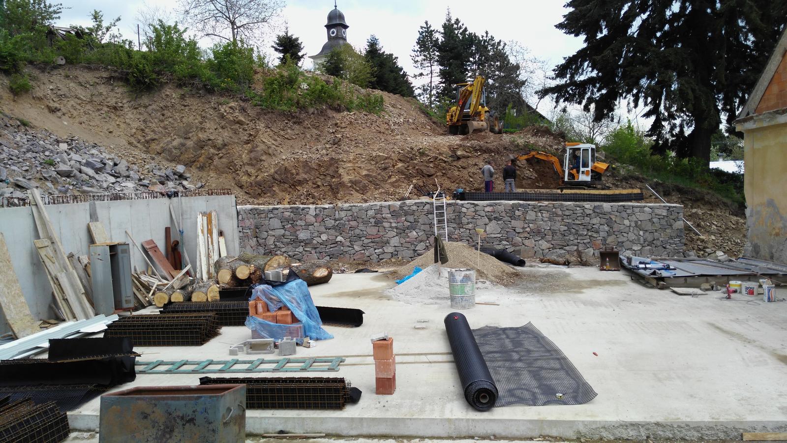 12. GreenSteel - vegetačný strmý svah ( doplnené 12.6.2020 ) - 2019_04 V spodnej časti na žiadosť investora postavili klasický kamenný oporný múr zakotvený do svahu KARI rohožami.