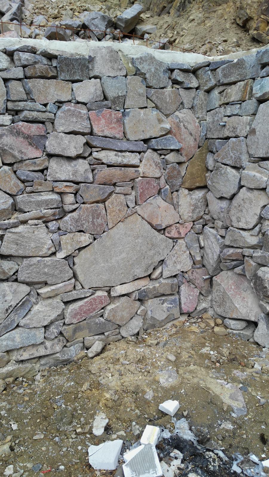 12. GreenSteel - vegetačný strmý svah ( doplnené 12.6.2020 ) - 2019_04 Múr zhotovili z veľmi pekných kamenných balvanov uložených tak, aby nebolo vidieť betón za nimi.