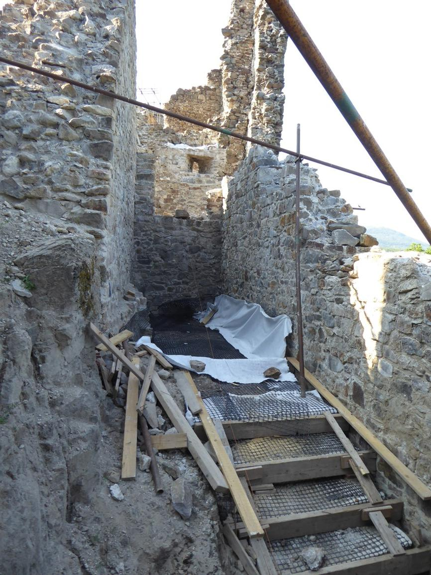 kosto13 - Zníženie vodorovných tlakov na historický oporný múr pomocou geomreží, hrad Revište 2018
