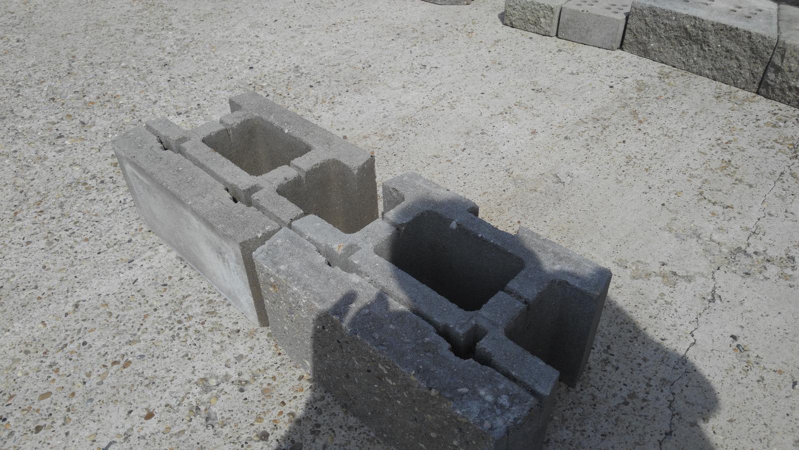 07 Vegetačný oporný múr sa na jar prebúdza ( rozšírené 19.6.2020 ) - Tvárnica s povrchom zo štiepaného betónu pre výstavbu OM suchým spôsobom.