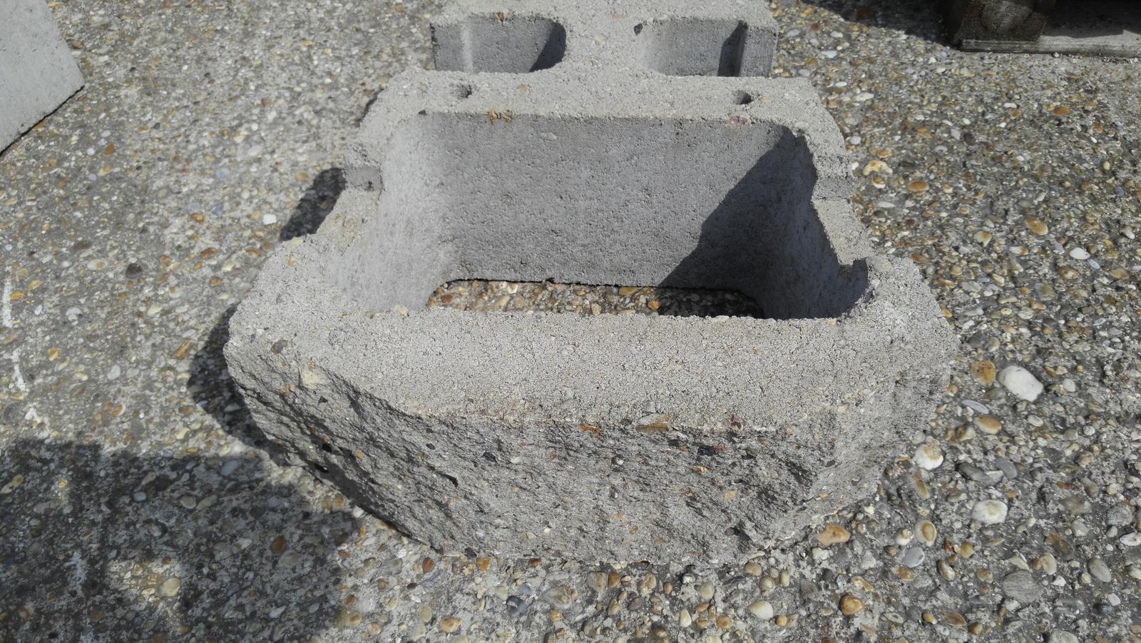 07 Vegetačný oporný múr sa na jar prebúdza ( rozšírené 19.6.2020 ) - Tvárnica - kvetináč masívnej konštrukcie s povrchom zo betónu štiepaného v troch rovinách