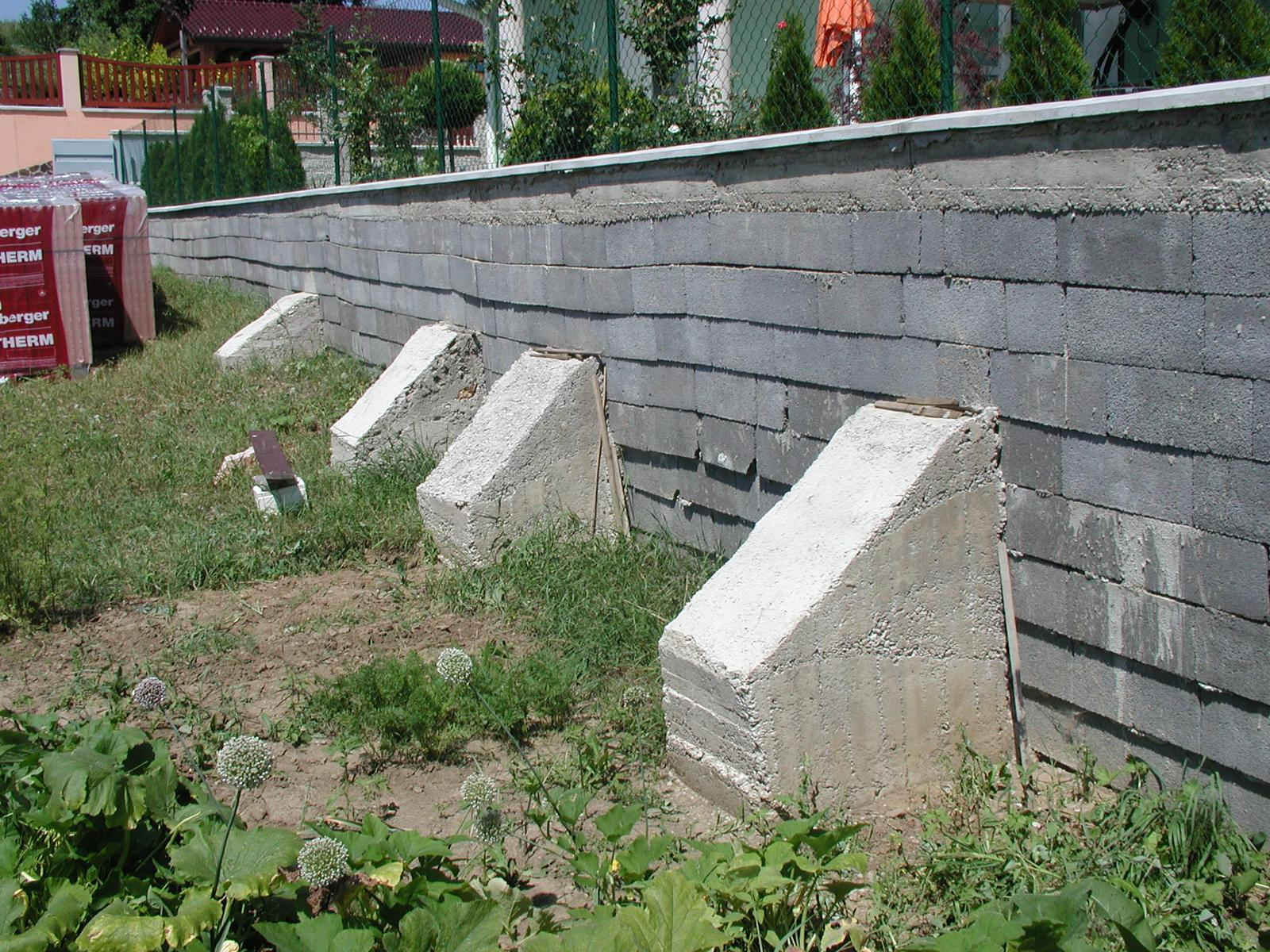 03 Poruchy a havárie oporných múrov. ( doplnené 12.6.2020 ) - 011...Nevkusné sanovanie zle navrhnutého oporného múru z debniacich tvárnic
