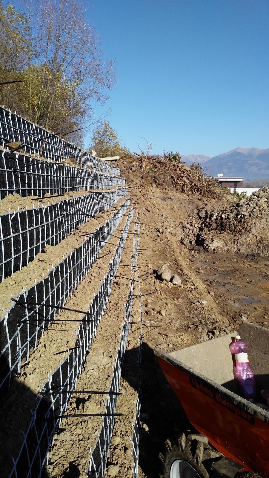 16. Problematický pozemok ( doplnené 21.8.2020 ) - 2019 10 Do odsadenia panelov bude vysadený skalník, ktorý pokryje aj zvislé plochy. Pre nepriazeň počasia boli práce prerušené.