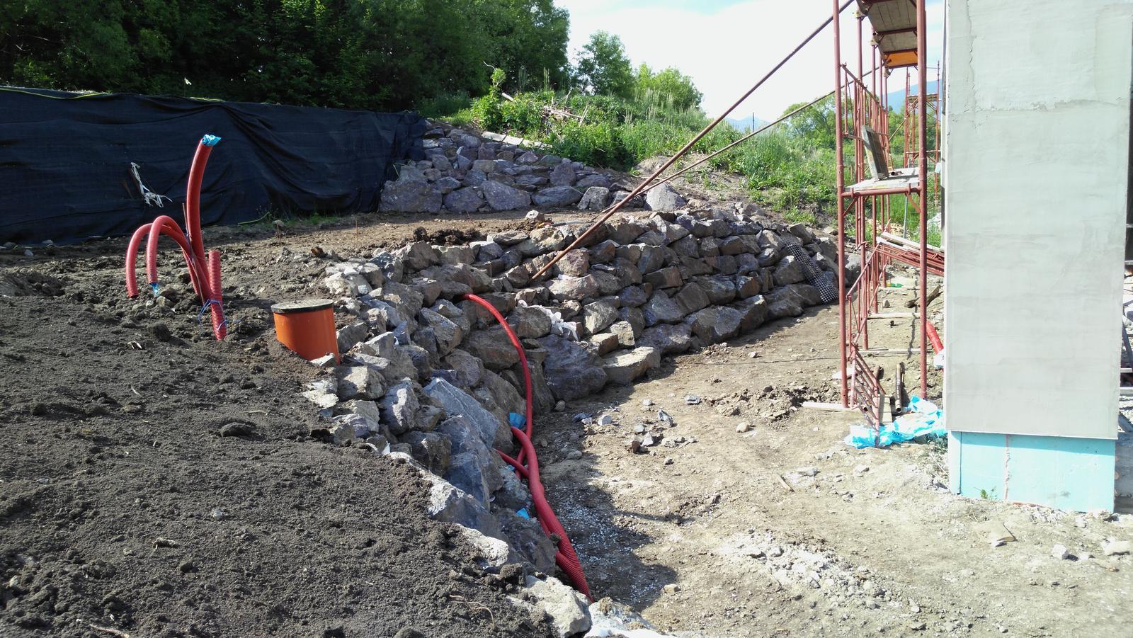 kosto13 - Strmé vegetačné svahy a oporné múry z  kyklopského muriva vystužené geomrežami, Liptovský Ján 2020 06